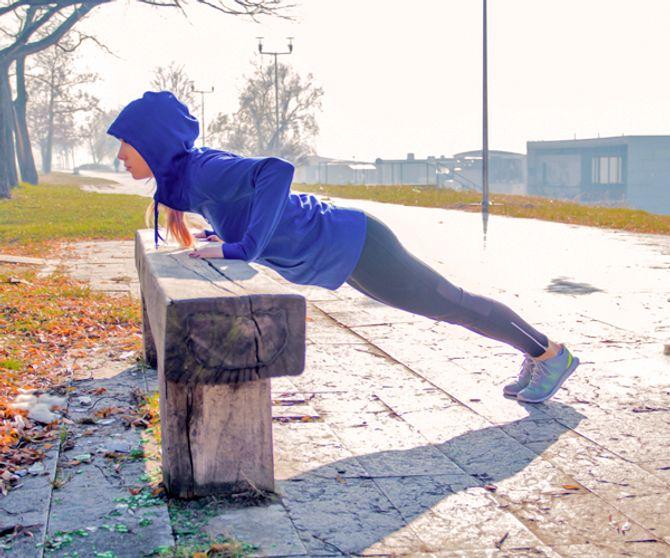 Push-ups trainieren Schultern, Brust und Arme.