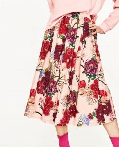 Midirock mit Blumenmuster von Zara, 49,95 €