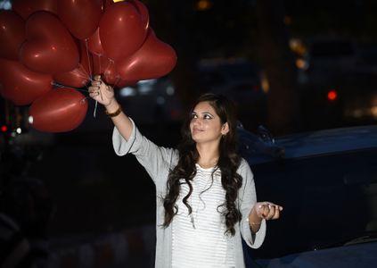 Une jeune femme et ses ballons en coeur juste avant l'interdiction