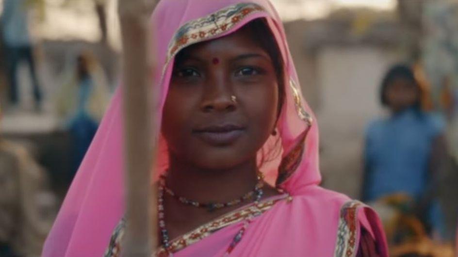 """Tal rend hommage au Gulabi Gang, ces Indiennes qui se battent contre les violences faites aux femmes, dans son clip """"Des fleurs et des flammes"""" (Vidéo)"""