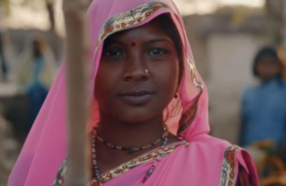 Tal rend hommage au Gulabi Gang, ces Indiennes qui se battent contre les violences faites aux femmes, dans son clip Des fleurs et des flammes (Vidéo)