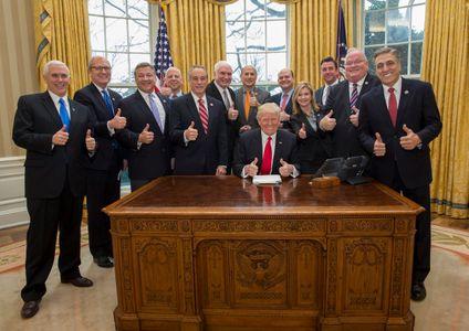 Donald Trump prend la pose avec des membres de Congrès. Rien ne vous choque ?