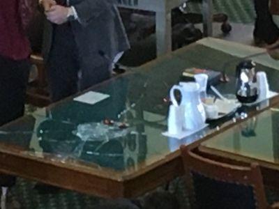 Le sénateur Charles Schwertner a cassé une table pour ne plus entendre les arguments d'une association pro-choice