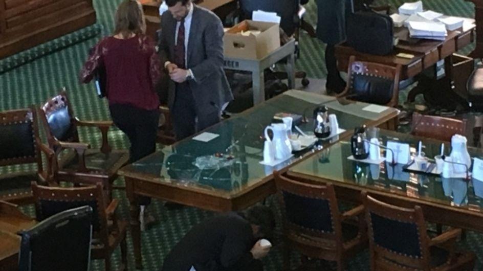 Ce sénateur a préféré casser une table plutôt que d'entendre les arguments d'une féministe. Sérieusement ?