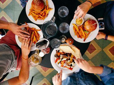 Blutdrucksenkende Lebensmittel: Salziges Essen wie Fast Food solltet ihr meiden!