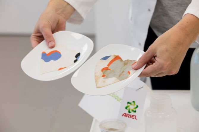 Des échantillons de tissu lavés avec 3-en-1 Pods, puis, un concurrent d'Ariel