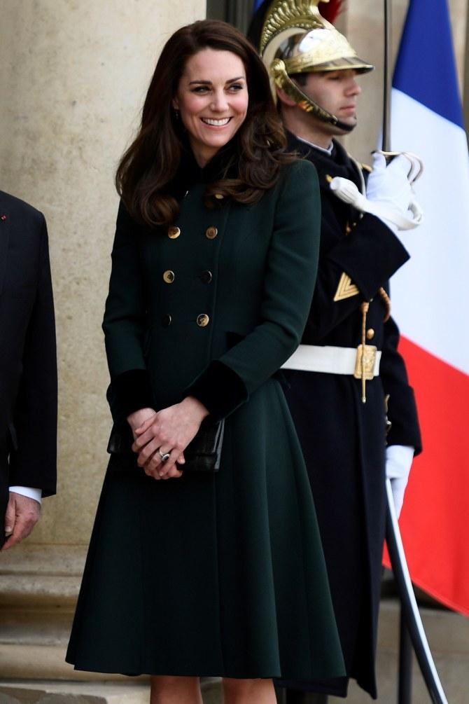 Kate Middleton dans un manteau signé Catherine Walker and co