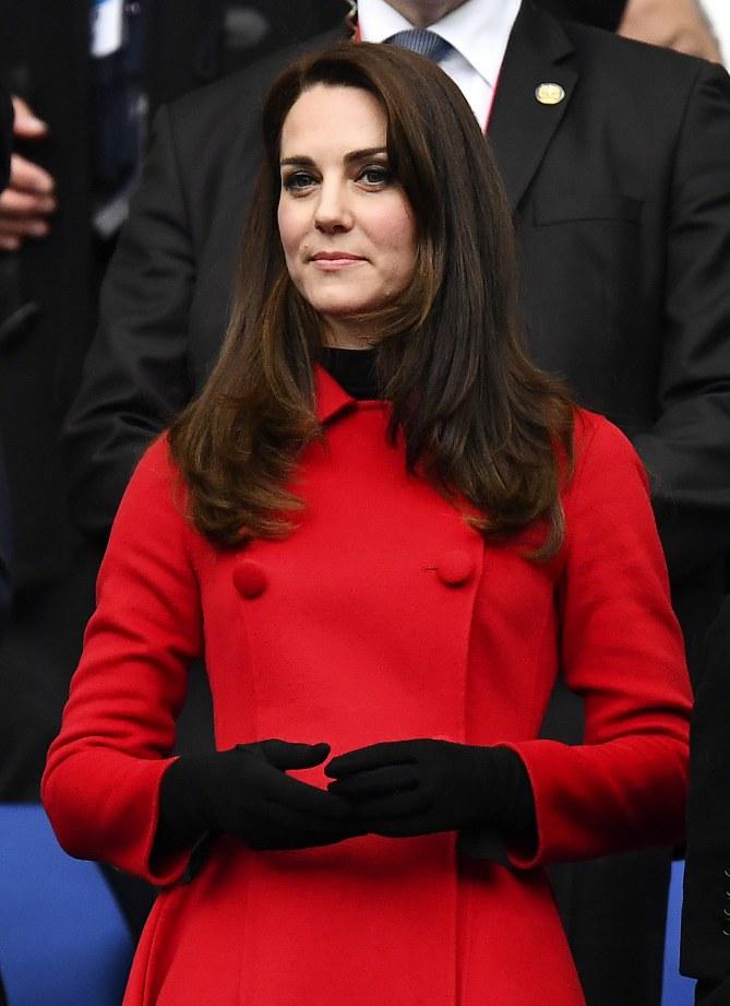 Kate Middleton portant le manteau rouge signé Carolina Herrera
