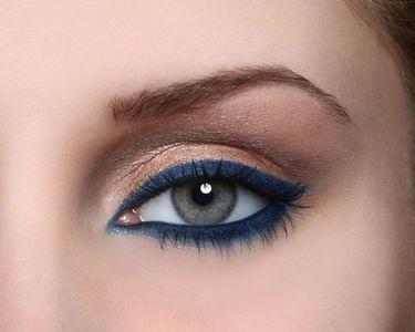 Un eye liner bleu gris loin d'être triste