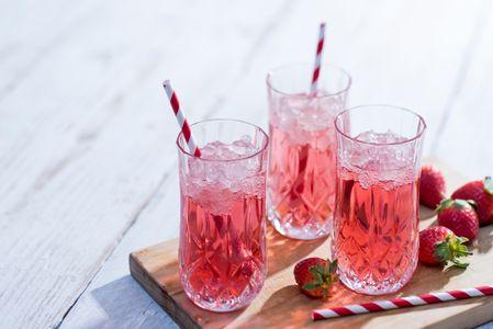 Cóctel de champán, fresas y frutos rojos
