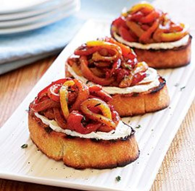 Du pain grillé, du fromage frais et des poivrons marinés : simple mais rudement bon !