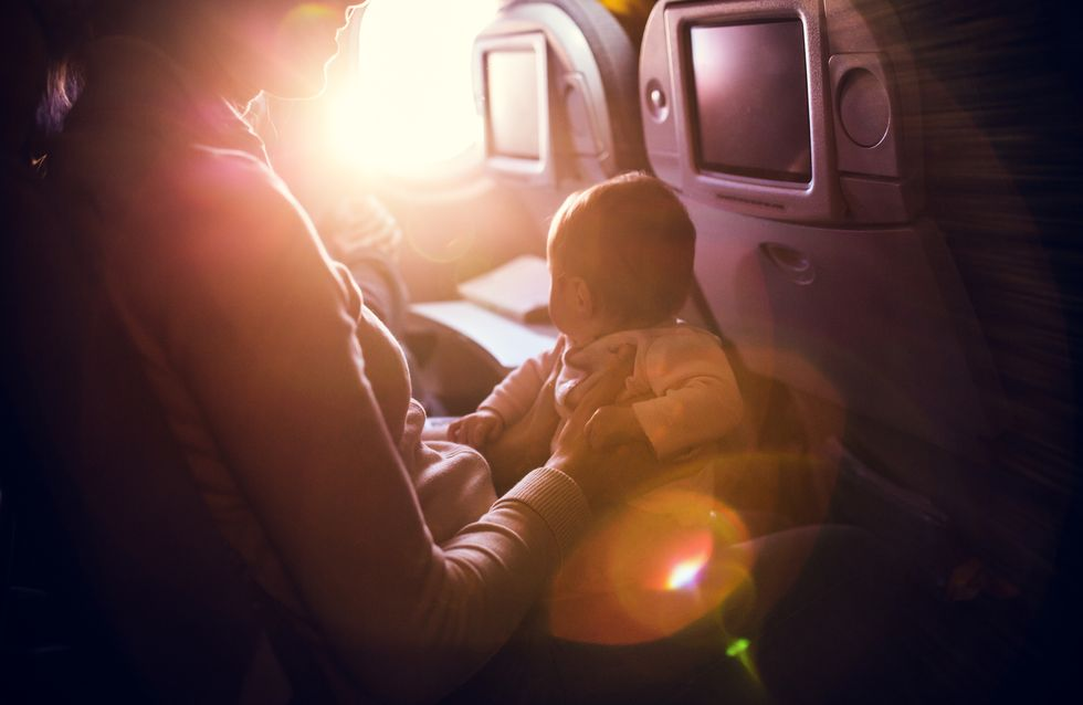 Unfassbar! Diese Mutter soll aus dem Flieger geworfen werden, weil sie mit Zwillingen reist