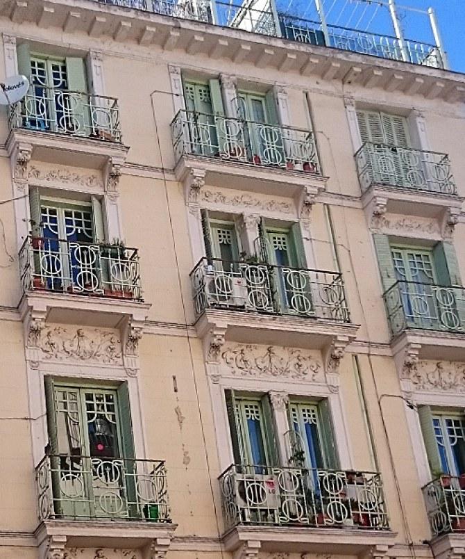 Wunderschöne Fassaden in der ganzen Stadt.
