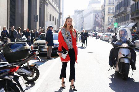 Leonie trägt Cropped-Schlagjeans - die stehen nicht jeder Frau