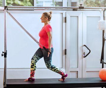 Schwanger sollten beim Pilates keine geraden Bauchmuskeln trainieren.