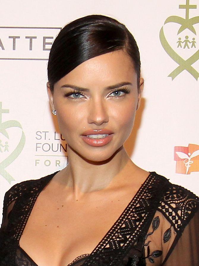 Un maquillage lumineux pour Adriana Lima