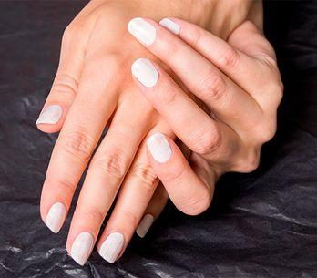 Unghie color carne: nail art nude e smalto trasparente restano sempre la tendenz