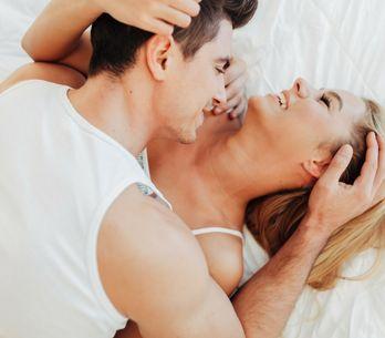 Le posizioni migliori per fare l'amore a letto: dal missionario al cucchiaio, vi
