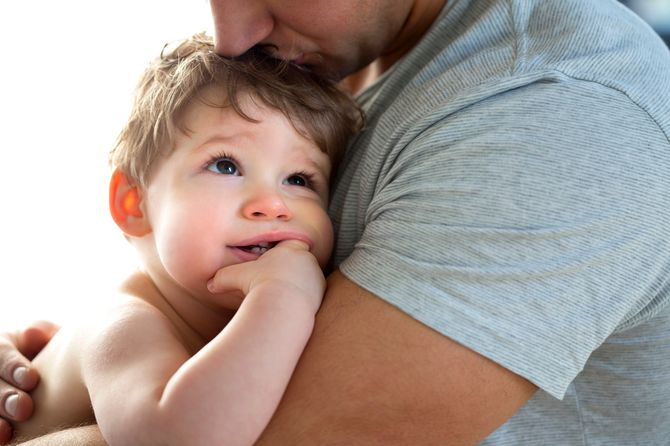 Papa besando a su hijo