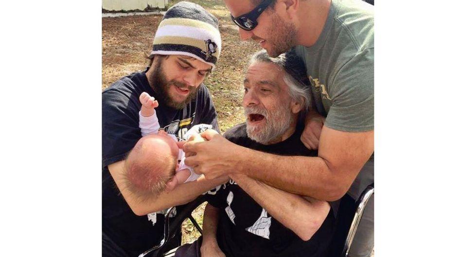 So viel Liebe in einem Bild: An MS erkrankter Opa trifft zum ersten Mal sein Enkelkind