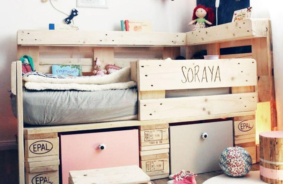 Geniale DIY-Idee: So leicht baust du ein Kinderbett aus Holzpaletten