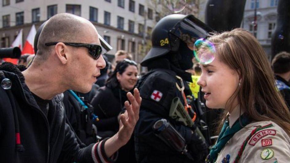 ¿Has visto la imagen viral de una pequeña scout plantándole cara a un neonazi?