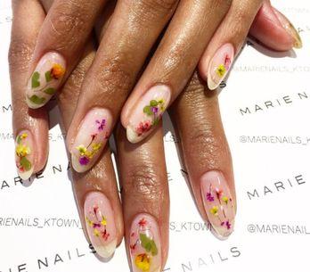 Pour le printemps, de véritables fleurs s'invitent sur nos ongles (photos)