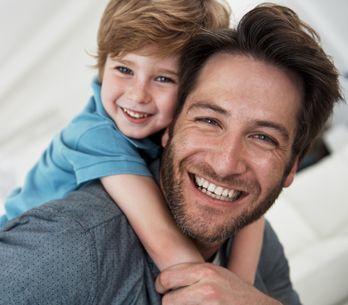 Padre e figlio si fanno la stessa foto per 30 anni: l'ultima è una sorpresa bell