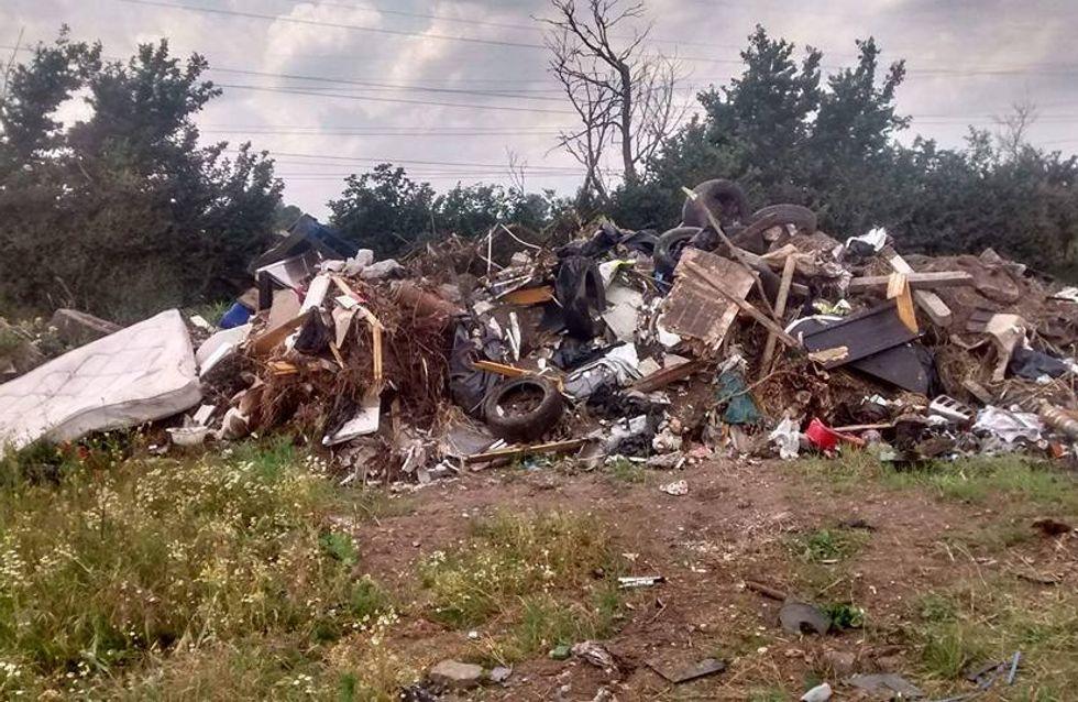 Was zwei Männer in diesem Müllberg finden, bricht uns das Herz