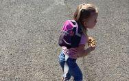 Ein Vater packt aus: Deshalb trägt meine Tochter draußen eine Leine!