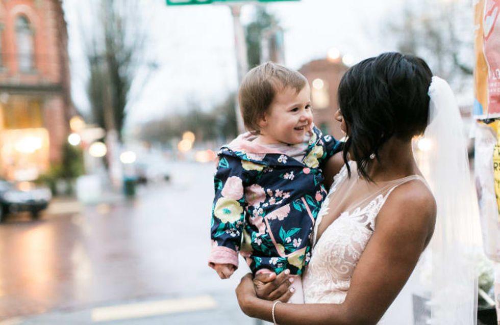 Bist du eine Prinzessin? Diese süße 2-Jährige trifft auf eine Braut