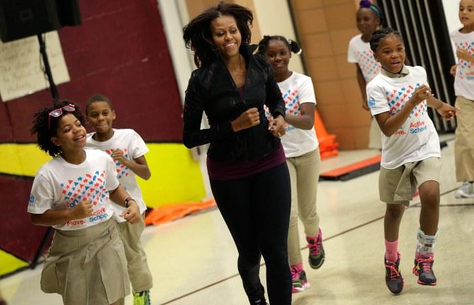 En 2013, la Première Dame n'hésite pas à suivre le cours de gym dans une école primaire de Washington !