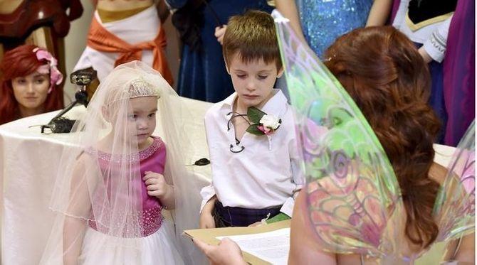"""Atteinte d'un cancer, cette petite fille de 5 ans a eu le droit à un """"mariage"""" de rêve"""