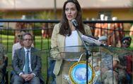 Angelina Jolie affiche bonne mine dans un tailleur beige chic et décontracté (Ph