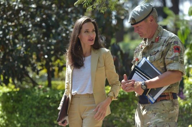 Angelina Jolie, chic et décontractée dans un tailleur pantalon beige.