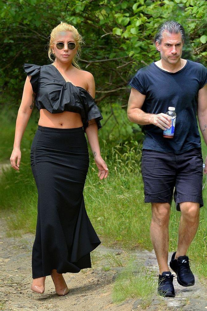 Lady Gaga, en talons et jupe longue pour aller courir !