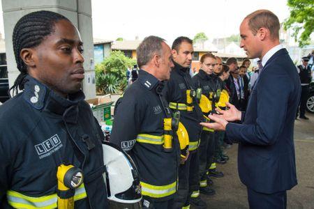 Le prince William en visite après l'incendie de Londres