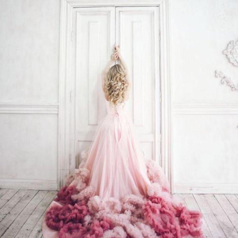 Robe de mariee blanche et rose pale