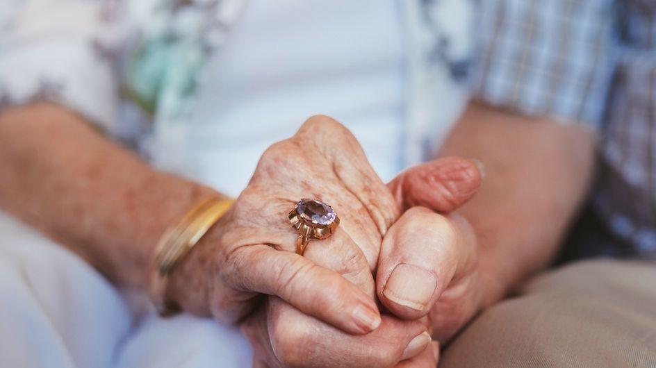 71 anni di matrimonio, la dolcissima coppia che non smette di tenersi per mano in ospedale