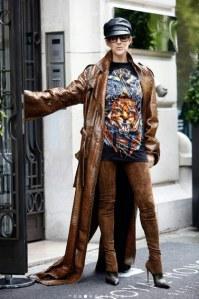 Céline Dion, en cuissardes dans les rues de Paris !