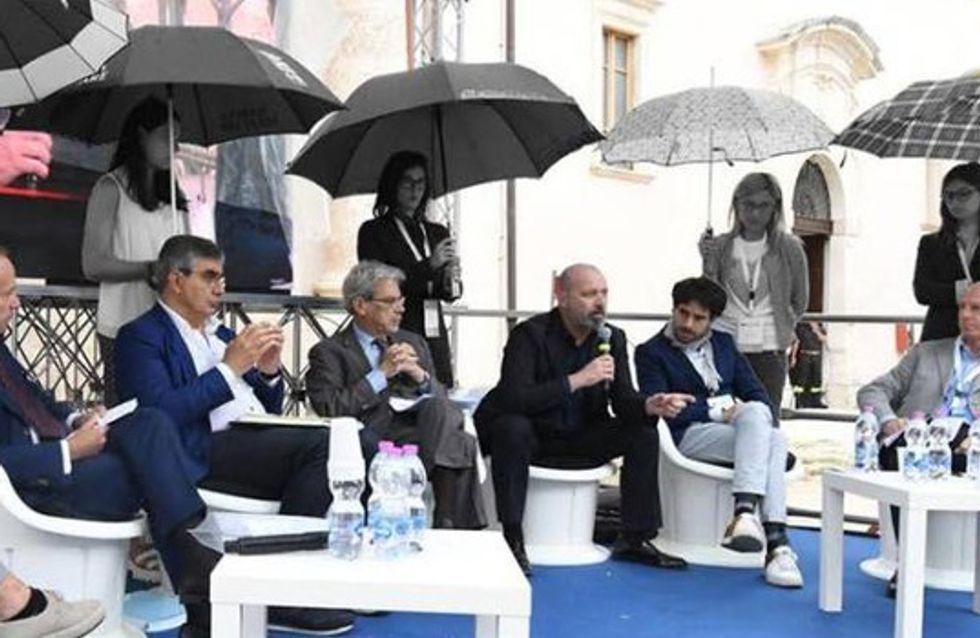 Ragazze ombrello a un convegno di politici e, giustamente, scoppia la polemica