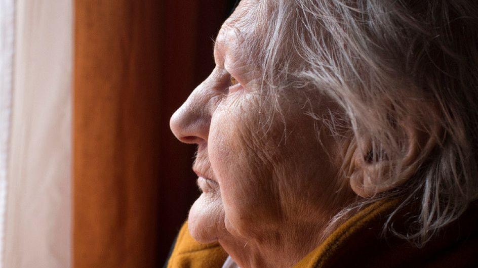 Il gesto d'amore della vicina di casa salva la vita ad un'anziana donna malata