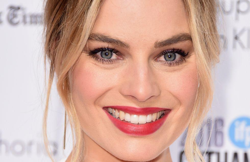 Vous ne devinerez jamais avec quel objet Margot Robbie applique son fond de teint !