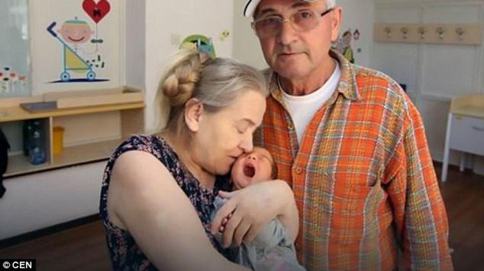Una mujer da a luz a una niña a los 60 años y su marido la abandona