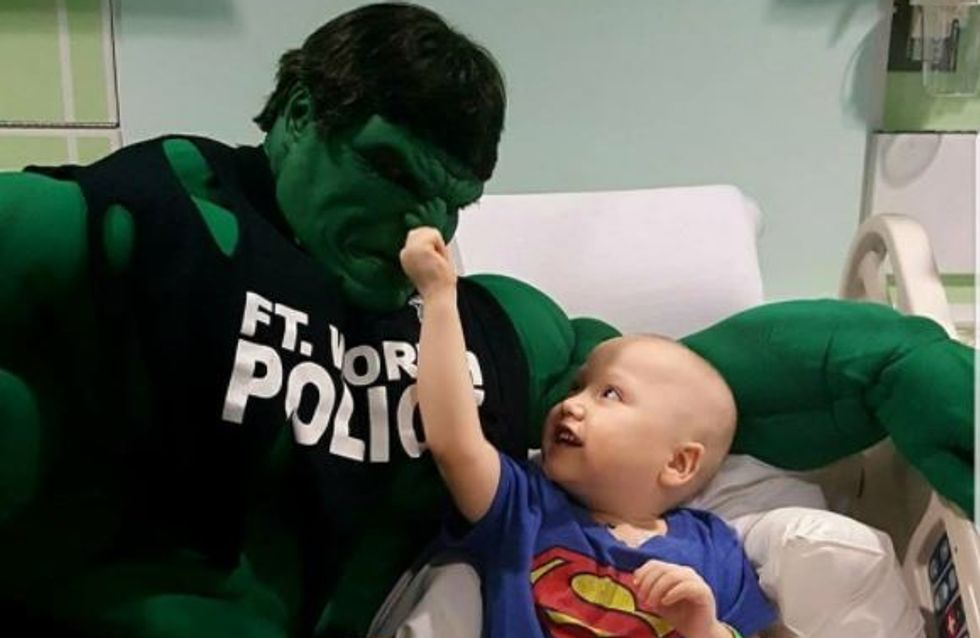Ce policier est un véritable super héros pour les enfants malades ! (Photos)