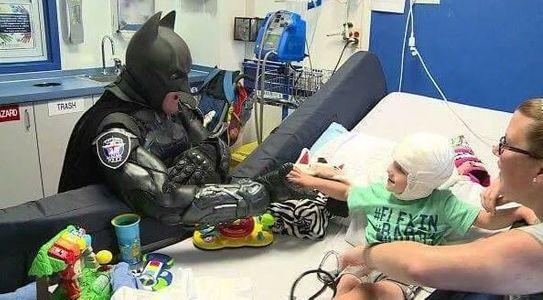 Ce policier est un véritable super héros pour les enfants malades !