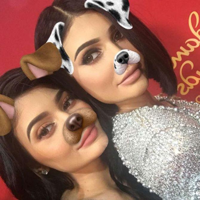 Kylie Jenner (à gauche) et sa poupée de cire