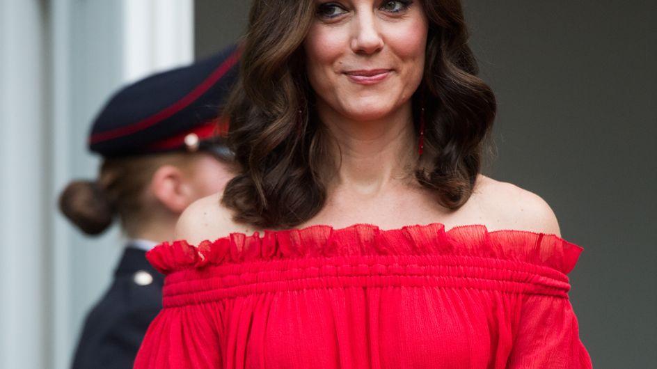 Kate Middleton, les épaules dénudées dans une somptueuse robe rouge (Photos)