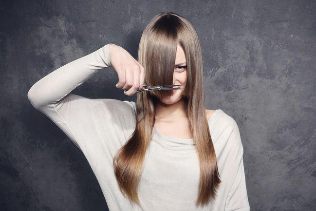 Tagliare i capelli con luna crescente in leone