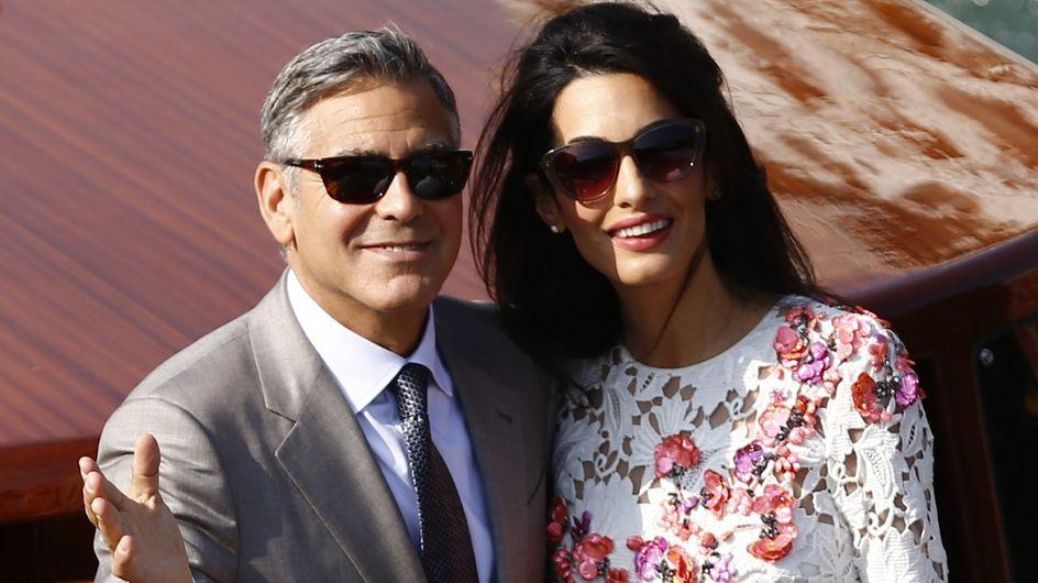 Amal Clooney, stylée et souriante au bras de George